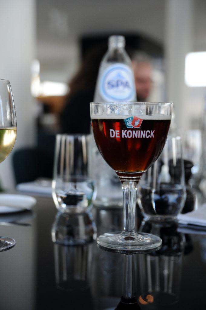 glass of de koninck beer